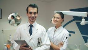 Η ομάδα των οδοντιάτρων εξετάζει τη κάμερα φιλμ μικρού μήκους