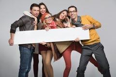 Η ομάδα φίλων θέλει να διαφημίσει Στοκ εικόνες με δικαίωμα ελεύθερης χρήσης
