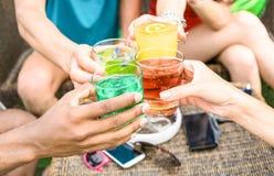 Η ομάδα φίλων δίνει τα θερινά κοκτέιλ κατανάλωσης στο φραγμό παραλιών στοκ φωτογραφίες