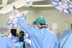 Η ομάδα χειρουργικών επεμβάσεων λειτουργεί Στοκ φωτογραφία με δικαίωμα ελεύθερης χρήσης