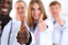 Η ομάδα χεριών γιατρών ιατρικής παρουσιάζει ΕΝΤΆΞΕΙ Στοκ Φωτογραφίες