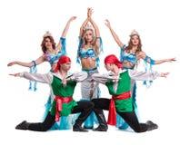 Η ομάδα χορευτών καρναβαλιού έντυσε ως γοργόνες και πειρατές Απομονωμένος στην άσπρη ανασκόπηση στο πλήρες μήκος Στοκ Εικόνες