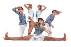 Η ομάδα χορευτών καρναβαλιού έντυσε ως ναυτικοί Απομονωμένος στην άσπρη ανασκόπηση στο πλήρες μήκος Στοκ Φωτογραφία