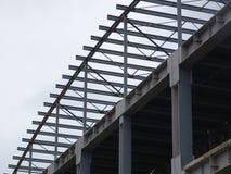Η δομή μετάλλων ενός κτηρίου κάτω από την οικοδόμηση Στοκ εικόνα με δικαίωμα ελεύθερης χρήσης