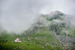 Η ομίχλη κατεβαίνει στα βουνά στην κοιλάδα των βουνών Fagaras Στοκ Εικόνες
