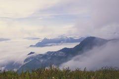 Η ομίχλη πρωινού κάλυψε το βουνό στοκ φωτογραφίες