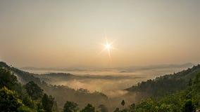 Η ομίχλη Timelapse πέρα από το δάσος στο χτύπημα ισχυρών ανέμων κοιλάδων, η ομίχλη εξασθενίζει και εξασθενίζει Οι μετατοπίσεις ήλ φιλμ μικρού μήκους
