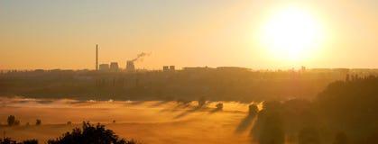 Η ομίχλη και τοποθετεί τις εγκαταστάσεις, εργοστάσιο στον ορίζοντα Στοκ Εικόνες