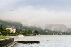 Η ομίχλη προέρχεται κάτω από τα βουνά Στοκ Εικόνες