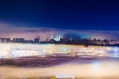 Η ομίχλη πόλεων νύχτας ανάβει την οδό οδικού κτηρίου Στοκ Φωτογραφίες