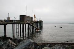 Η ομίχλη τύλισε την αναδρομική αποβάθρα αλιείας Στοκ εικόνα με δικαίωμα ελεύθερης χρήσης