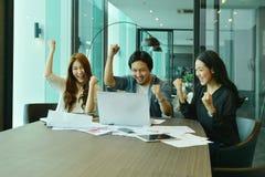 Η ομαδική εργασία των ασιατικών επιχειρηματιών πετυχαίνει ένα πρόγραμμα, ομάδα ετικεττών Στοκ εικόνες με δικαίωμα ελεύθερης χρήσης
