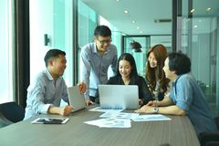 Η ομαδική εργασία των ασιατικών επιχειρηματιών πετυχαίνει ένα πρόγραμμα, ομάδα ετικεττών Στοκ Εικόνα