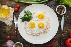 η ομελέτα αυγών ανασκόπησης ανακάτωσε το λευκό Στοκ Φωτογραφίες