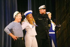 Η ομιλία των δραστών του θεάτρου ποικιλίας με το χορεύοντας φωνητικό κωμικό δωμάτιο στο ναυτικό το θέμα Στοκ Εικόνες