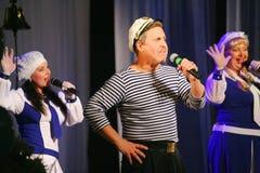 Η ομιλία των δραστών του θεάτρου ποικιλίας με το χορεύοντας φωνητικό κωμικό δωμάτιο στο ναυτικό το θέμα Στοκ Φωτογραφία