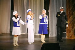 Η ομιλία των δραστών του θεάτρου ποικιλίας με το χορεύοντας φωνητικό κωμικό δωμάτιο στο ναυτικό το θέμα Στοκ φωτογραφίες με δικαίωμα ελεύθερης χρήσης