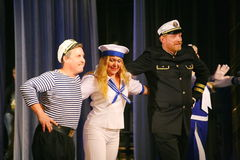 Η ομιλία των δραστών του θεάτρου ποικιλίας με το χορεύοντας φωνητικό κωμικό δωμάτιο στο ναυτικό το θέμα Στοκ φωτογραφία με δικαίωμα ελεύθερης χρήσης