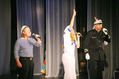 Η ομιλία των δραστών του θεάτρου ποικιλίας με το χορεύοντας φωνητικό κωμικό δωμάτιο στο ναυτικό το θέμα Στοκ εικόνες με δικαίωμα ελεύθερης χρήσης