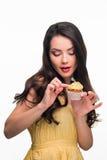 Η ομορφιά είναι έτοιμη να δοκιμάσει το γλυκό cupcake Στοκ φωτογραφία με δικαίωμα ελεύθερης χρήσης