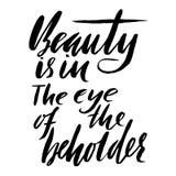 Η ομορφιά είναι στο μάτι του θεατή Συρμένη χέρι παροιμία εγγραφής Διανυσματικό σχέδιο τυπογραφίας Χειρόγραφη επιγραφή Στοκ Εικόνα