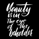 Η ομορφιά είναι στο μάτι του θεατή Συρμένη χέρι παροιμία εγγραφής Διανυσματικό σχέδιο τυπογραφίας Χειρόγραφη επιγραφή Στοκ εικόνα με δικαίωμα ελεύθερης χρήσης