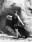 Η ομορφιά και το στρώμα βράχου, μια νέα γυναίκα διαδίδουν τη μόδα (όλα τα πρόσωπα που απεικονίζονται δεν ζουν περισσότερο και καν Στοκ Εικόνες