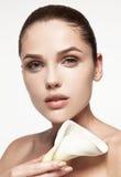 η ομορφιά καλύτερη μετατρέπει την ποιότητα κοριτσιών ακατέργαστη Όμορφη νέα γυναίκα με το φρέσκο καθαρό δέρμα στοκ εικόνες
