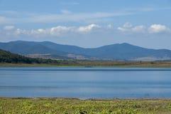 Η ομορφιά κοιτάζει προς τη γραφικά λίμνη και το βουνό Rabisha πέρα από τη σπηλιά Magura Στοκ εικόνες με δικαίωμα ελεύθερης χρήσης