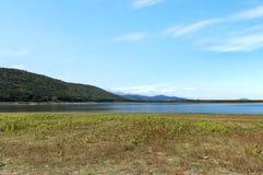 Η ομορφιά κοιτάζει προς τη γραφικά λίμνη και το βουνό Rabisha πέρα από τη σπηλιά Magura Στοκ εικόνα με δικαίωμα ελεύθερης χρήσης