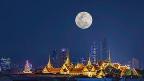 Η ομορφιά των χρυσών παλατιών και του ναού phra keaw τη νύχτα με τη πανσέληνο στο σκοτεινό ουρανό που κινείται επάνω στη Μπανγκόκ απόθεμα βίντεο