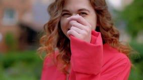 Η ομορφιά χαλάρωσε το ευτυχές γέλιο στροφής περιπάτων γυναικών απόθεμα βίντεο