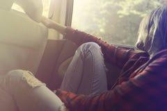 Η ονειρεμένος γυναίκα χαλαρώνει με το αυτοκίνητο για ένα νέο ταξίδι Στοκ Εικόνες