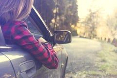 Η ονειρεμένος γυναίκα χαλαρώνει με το αυτοκίνητο για ένα νέο ταξίδι Στοκ φωτογραφία με δικαίωμα ελεύθερης χρήσης