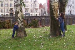 Η δορά παιχνιδιού αδελφών και αδελφών - και - επιδιώκει στο πάρκο Στοκ φωτογραφία με δικαίωμα ελεύθερης χρήσης