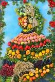 Η οργάνωση των λαχανικών και των φρούτων σε μια μεγάλη στάση Στοκ Φωτογραφίες