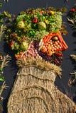 Η οργάνωση των λαχανικών και των φρούτων σε μια μεγάλη στάση Στοκ εικόνα με δικαίωμα ελεύθερης χρήσης