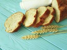 Η οργανική πετσέτα αυτιών ψωμιού σε μια μπλε ξύλινη τεμαχισμένη διατροφή μεσημεριανού γεύματος ψήνει την υφαντική υγεία Στοκ εικόνα με δικαίωμα ελεύθερης χρήσης