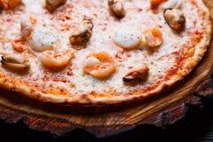 Η ορεκτική πίτσα θαλασσινών με τις γαρίδες και τα μύδια, κλείνει επάνω dela στοκ εικόνες