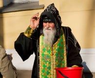 Η ορθόδοξη κουκούλα μοναχών ευλογεί τους ανθρώπους έξω Στοκ Εικόνα