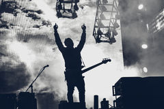 Η ορχήστρα ροκ αποδίδει στη σκηνή Ο κιθαρίστας παίζει σόλο Σκιαγραφία Στοκ εικόνες με δικαίωμα ελεύθερης χρήσης
