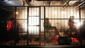 Η ορχήστρα ροκ αποδίδει στη σκηνή που γεμίζουν με τον καπνό απόθεμα βίντεο