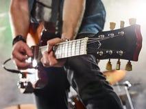 Η ορχήστρα ροκ αποδίδει στη σκηνή Κιθαρίστας και τύμπανα Στοκ φωτογραφία με δικαίωμα ελεύθερης χρήσης