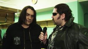 Η ορχήστρα ροκ Kukryniksy Alex Gorshenev Soloist δίνει τα παρασκήνια συνέντευξης του νυχτερινού κέντρου διασκέδασης rocker στο άτ απόθεμα βίντεο