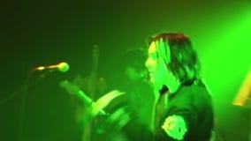 Η ορχήστρα ροκ Kukryniksy Alex Gorshenev Soloist εκτελεί το χορό στη σκηνή του νυχτερινού κέντρου διασκέδασης Πράσινα επίκεντρα απόθεμα βίντεο