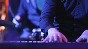 Η ορχήστρα τζαζ παίζει τη μουσική στη συναυλία απόθεμα βίντεο