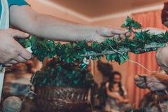 Η ουκρανική γαμήλια παράδοση είναι η ύφανση στεφανιών της νύφης στοκ φωτογραφία