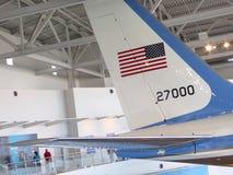 Η ουρά της Πολεμικής Αεροπορίας μια επισκιάζει τους επισκέπτες στη βιβλιοθήκη του Ronald Reagan στην κοιλάδα της Simi Στοκ Εικόνες