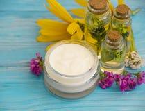 Η ουσία του καλλυντικού, πετρέλαιο, εναλλακτικό wellness ομορφιάς βάλσαμου λουλουδιών ομορφιάς χορταριών κρέμας καλλυντικό χαλαρώ στοκ φωτογραφία