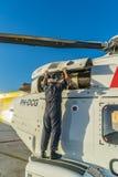 Η ολλανδική καραϊβική ακτοφυλακή - που ελέγχει τη μηχανή στοκ εικόνες